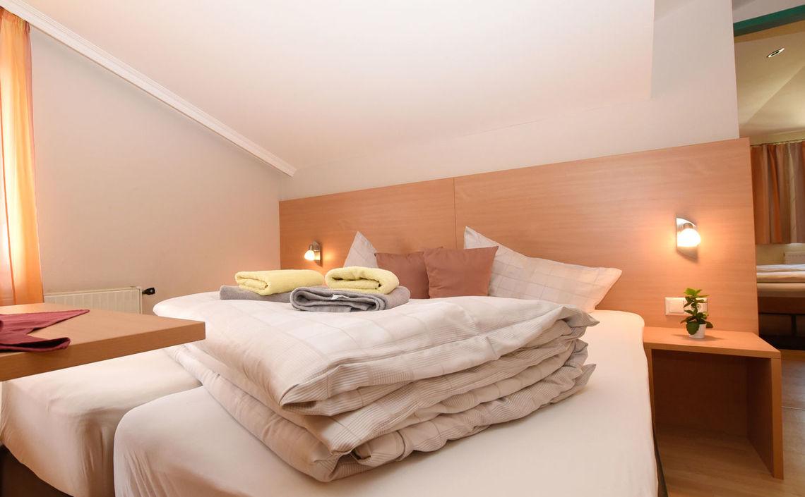 erstes Zimmer - Bett