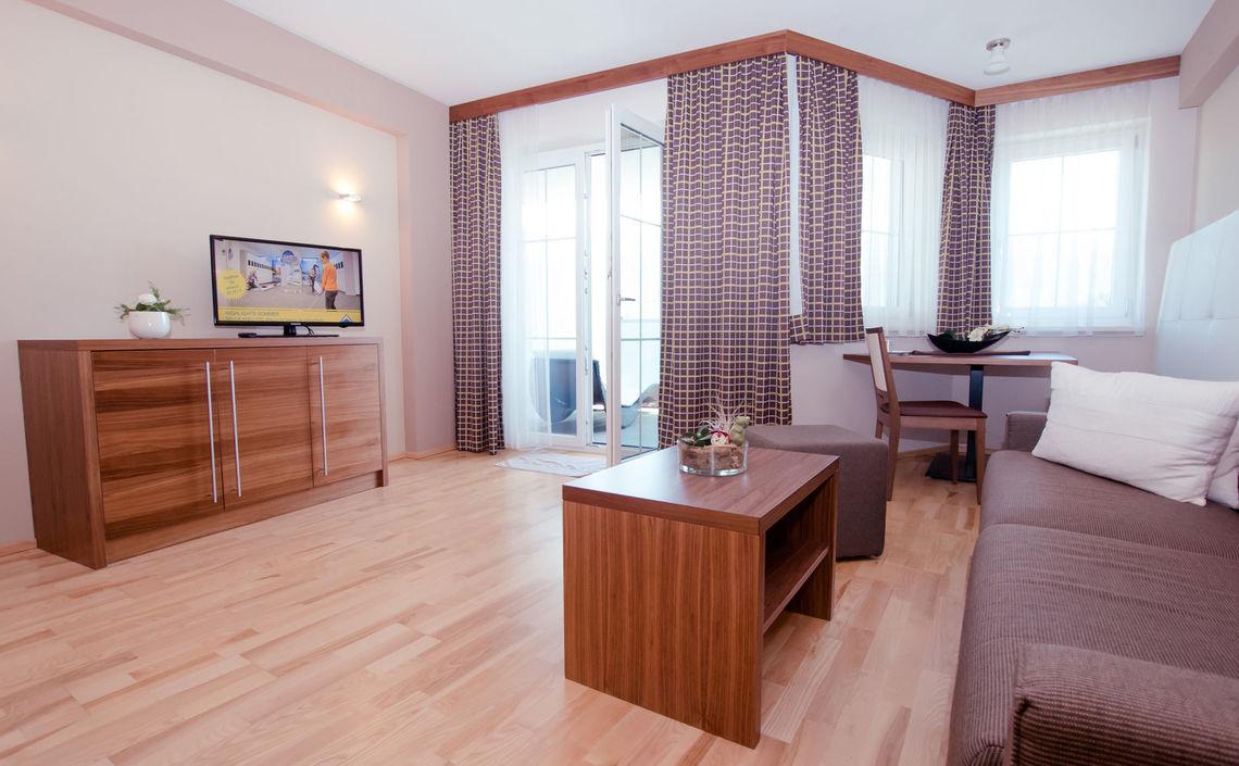 Wohnzimmer, Sitzecke und Balkon