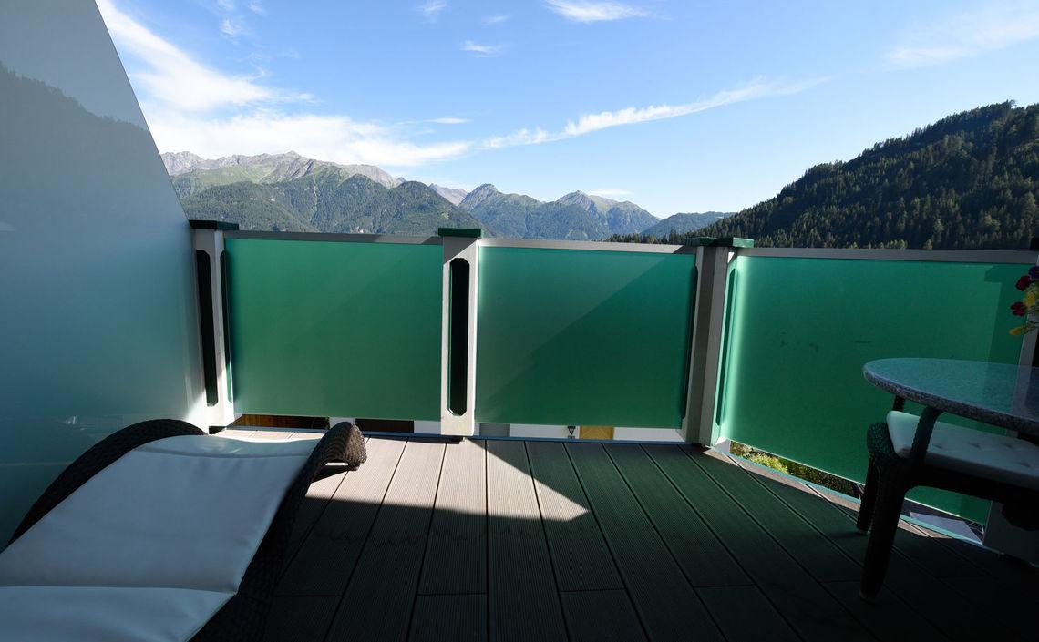 Balkon mit Liege und Aussicht